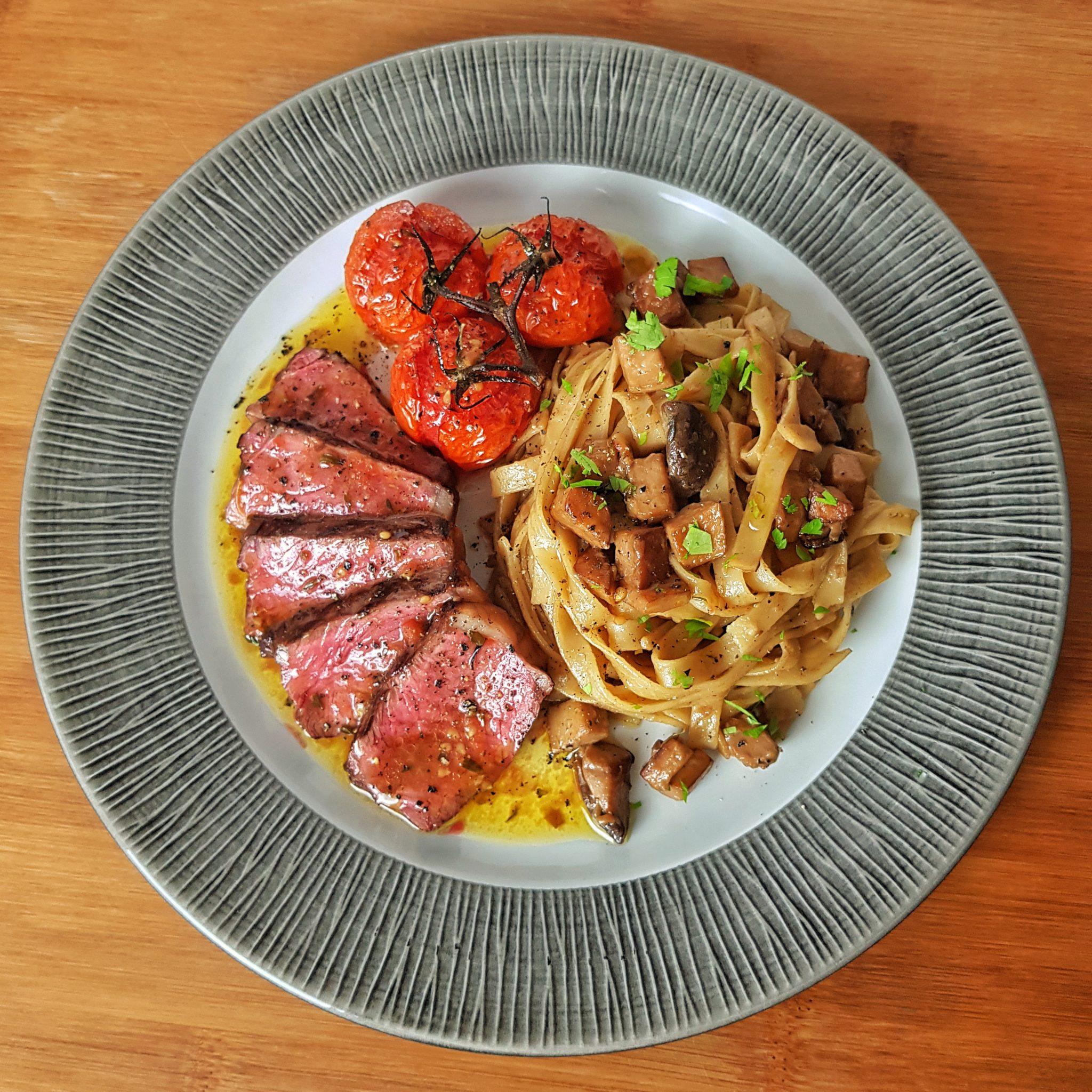 Bison Roastbeef mit Pilz Tagliatelle und Ofen Tomaten