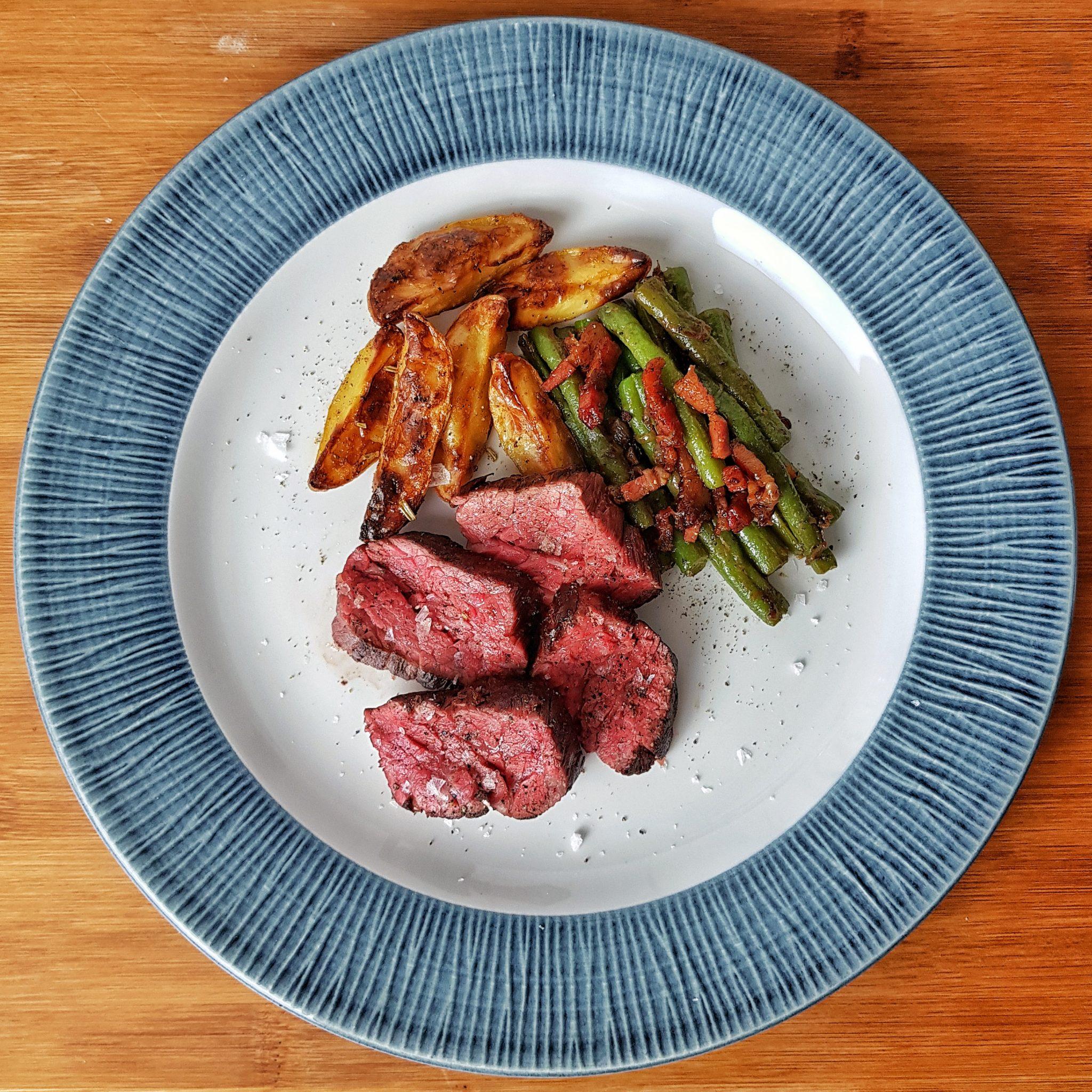 Wagyu Flapmeat mit Speckbohnen und Kartoffelspalten