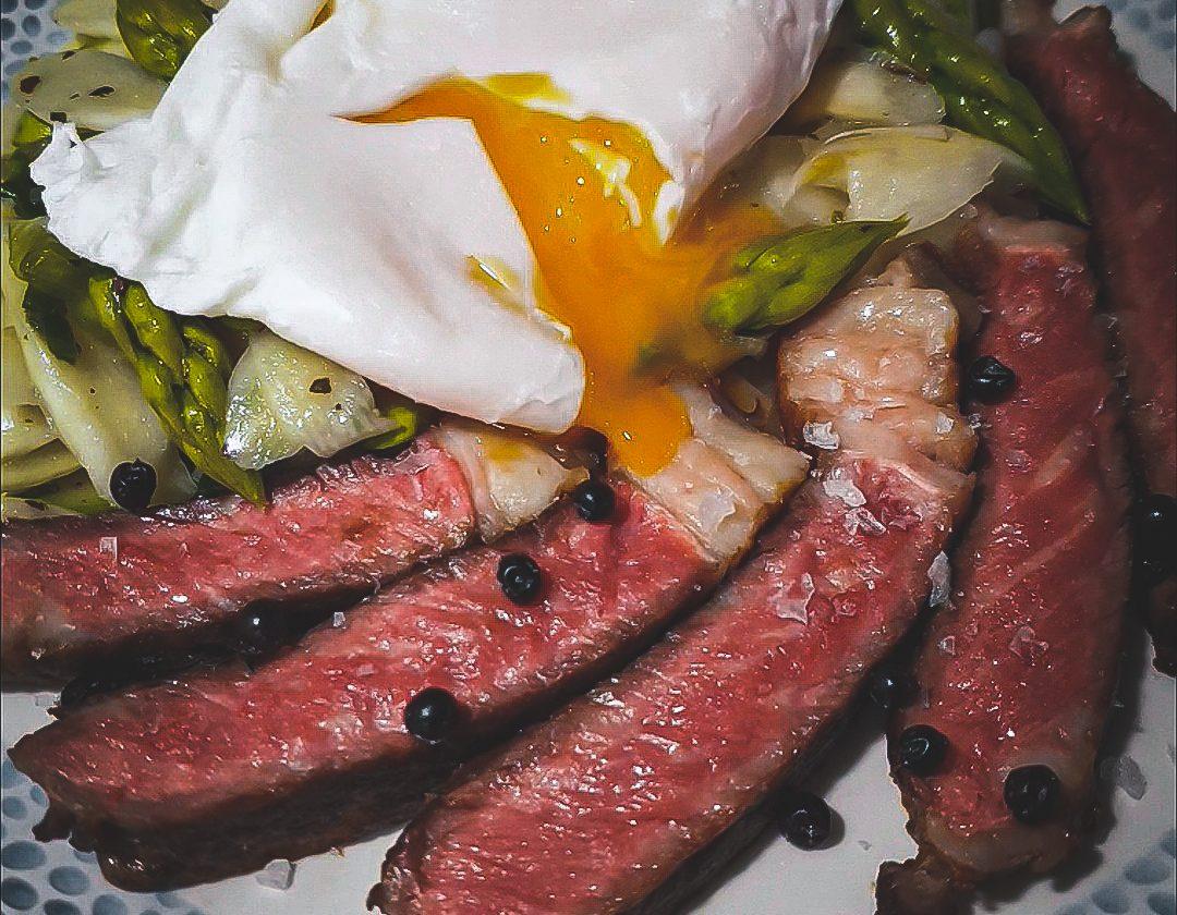 Heritage Rumpsteak mit Spargelsalat & pochiertem Ei